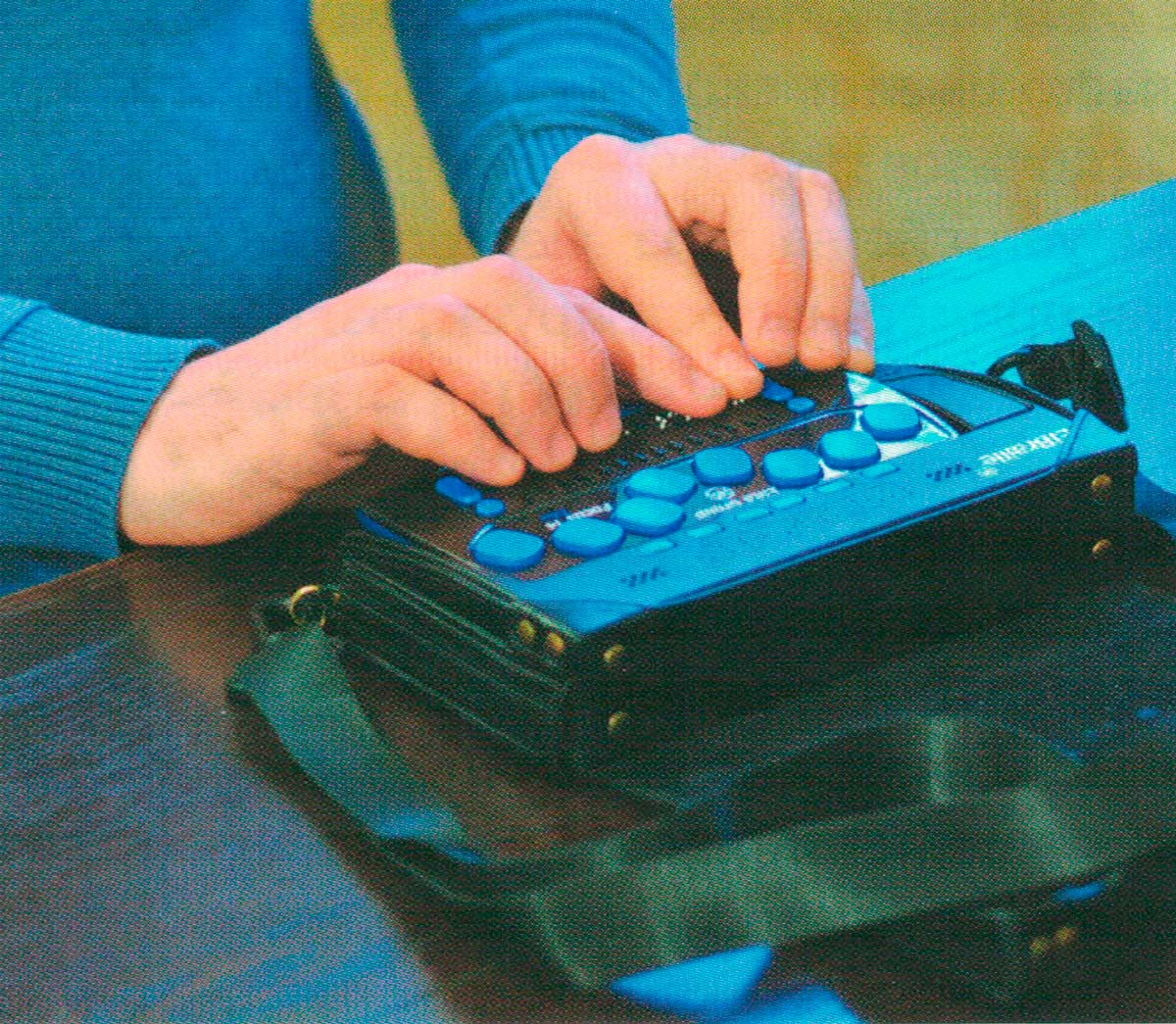 Портативный компьютер с вводом/выводом шрифтом Брайля и синтезатором речи